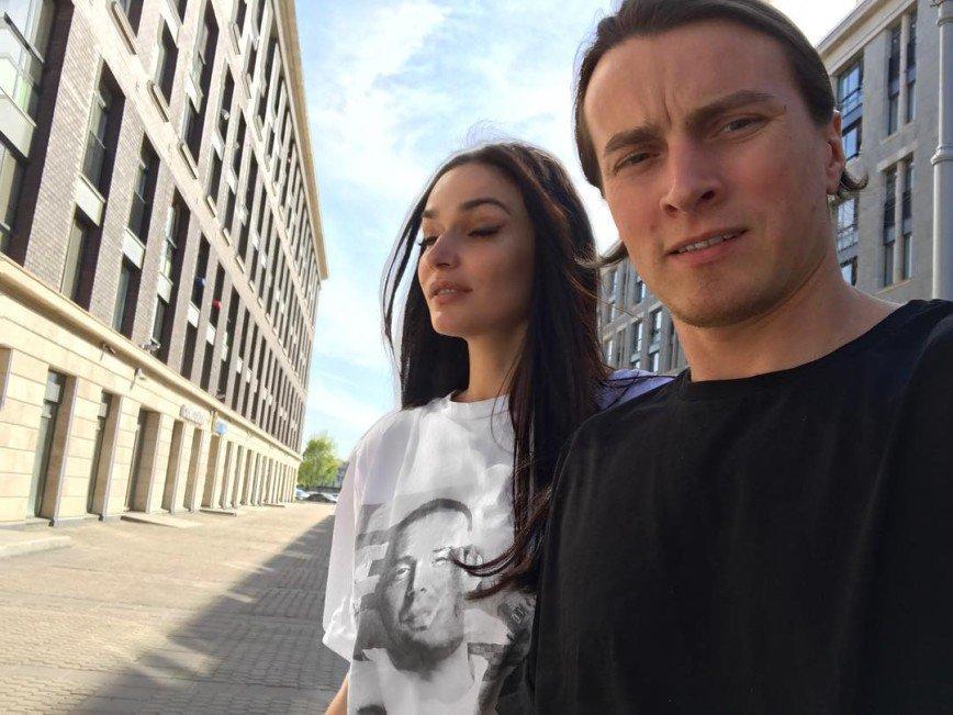 Алена Водонаева вспомнила о близости под неуместную песню