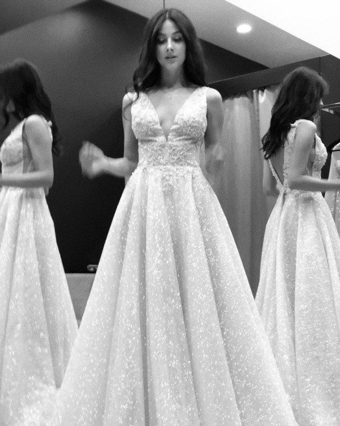 «Скоро этот день»: солистка «ВИА Гры» Анастасия Кожевникова выбирает свадебное платье