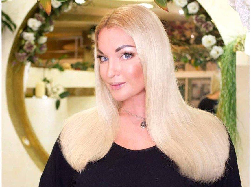 «Дама нарасхват!»: Анастасия Волочкова появилась в компании нового мужчины