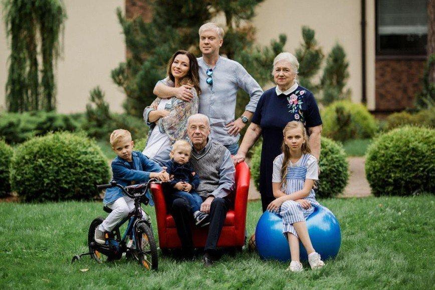 Найди на фото кого-то нового: Сергей Светлаков перестал скрывать третьего ребенка