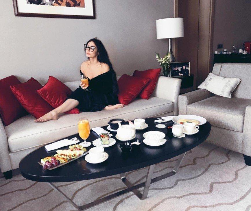 Алена Водонаева сделала массаж лица при помощи улиток