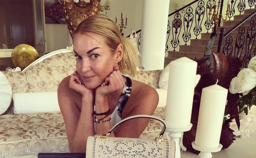 «Бедная Настя»: Волочкова сфотографировалась голой с забинтованной ступней