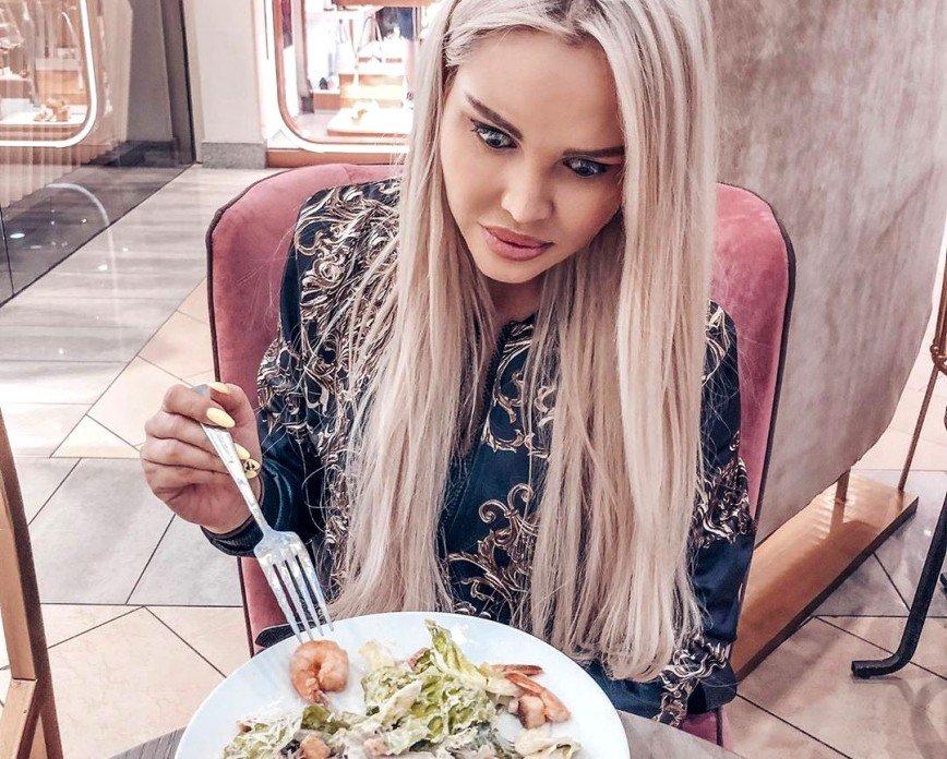 Жирненький червячок: Марии Погребняк принесли в кафе салат с сюрпризом