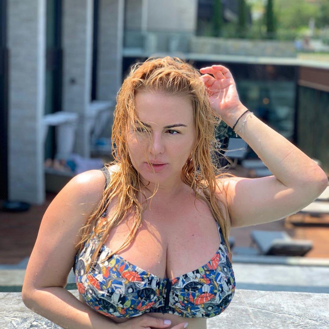 По многочисленным просьбам: Анна Семенович показалась в купальнике «со всех сторон»