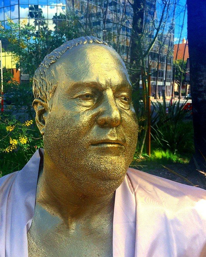 «На диване с Харви»: в Голливуде установили статую скандального Вайнштейна