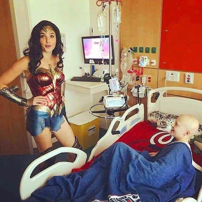 «Чудо-женщина»: Галь Гадот в образе своей героини посетила детскую больницу