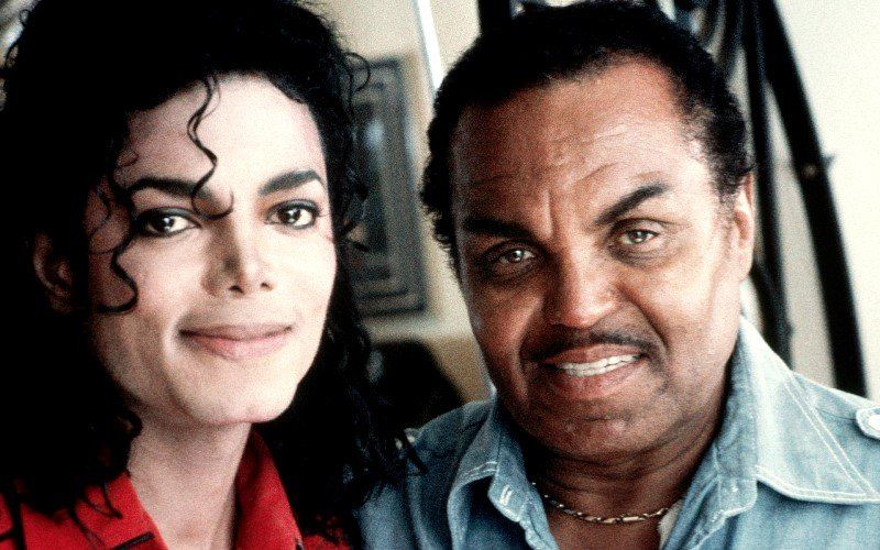 Врач Майкла Джексона заявил, что певец был химически кастрирован отцом