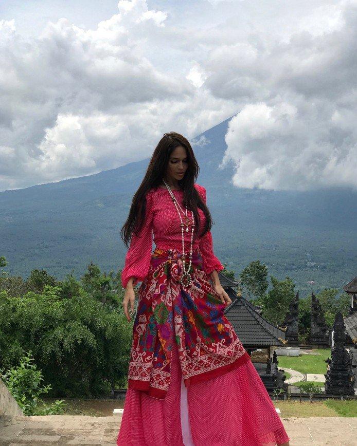 «Не хочет в утиль»: Алена Водонаева надела платье, купленное за 3 рубля в Мексике