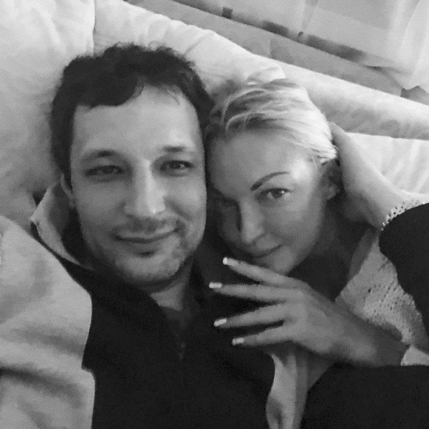 Зачем Волочкова публикует постельные фото с новым другом ?