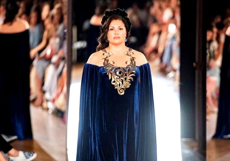 «Царица, королева!»: Анна Нетребко впервые вышла на подиум