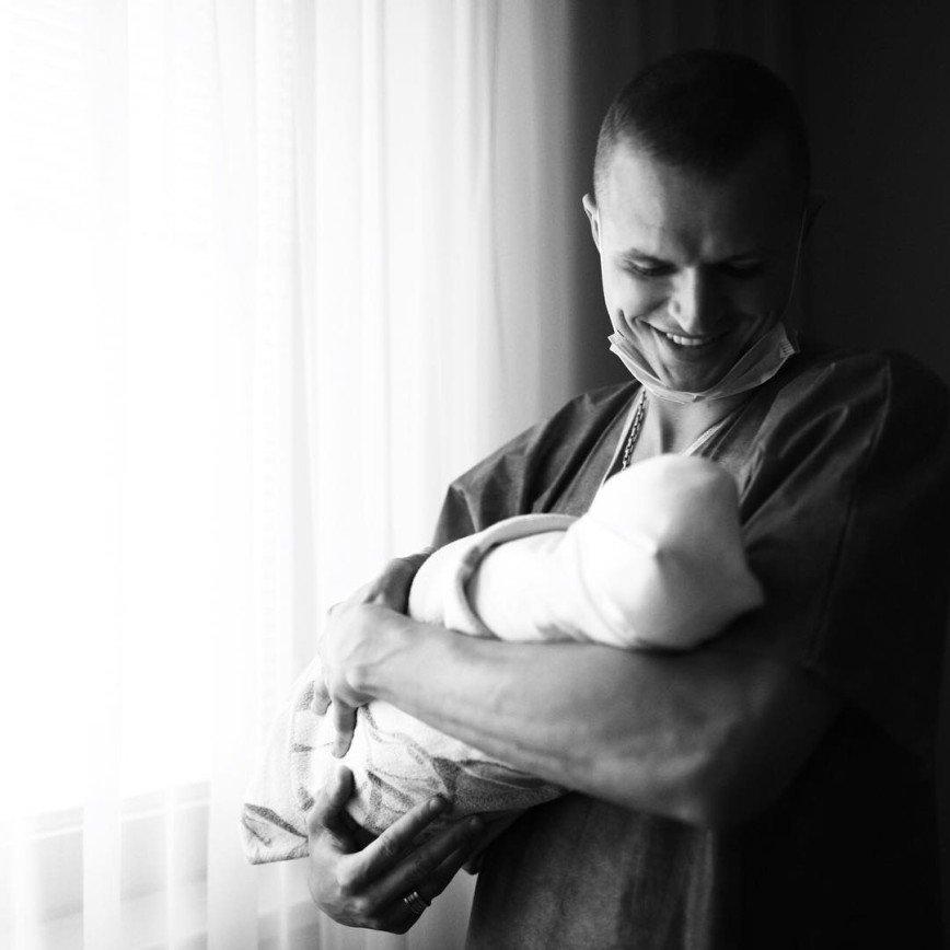 «Забрал своих принцесс»: Тарасов увез Костенко с дочкой из роддома
