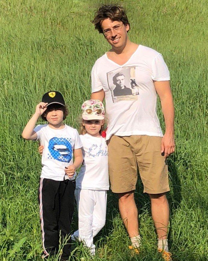 Вылитый Гарри: Максим Галкин поделился детским фото со старшим братом