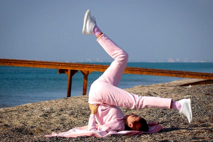 Беременная Эвелина Бледанс показала упражнения на пляже