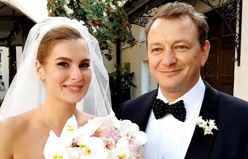 Стыдно в этом жить: третья жена Марата Башарова подает на развод