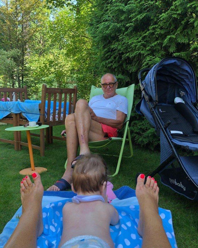 Счастье есть: Эммануил Виторган отдыхает с женой и дочкой на пляже