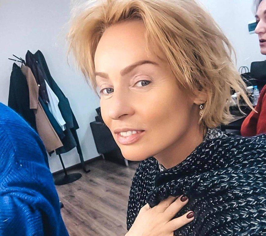 Больше не блондинка: Жанна Эппле вернула рыжий цвет волос