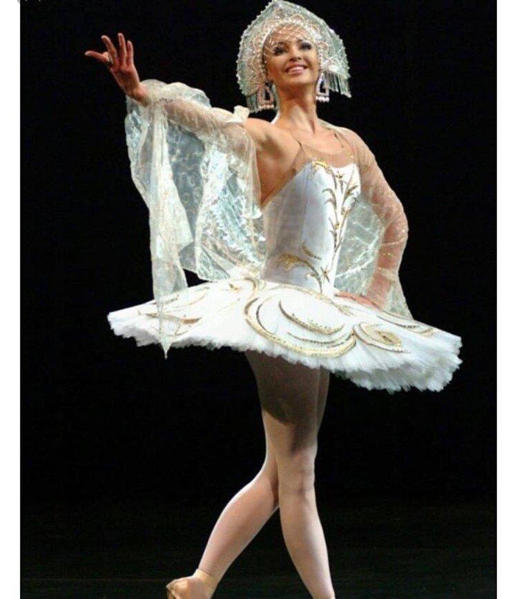 Зато с цветами: Анастасия Волочкова упала прямо на сцене