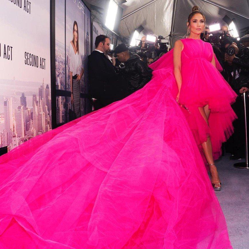Розовая феерия: Дженнифер Лопес вышла в свет в роскошном платье