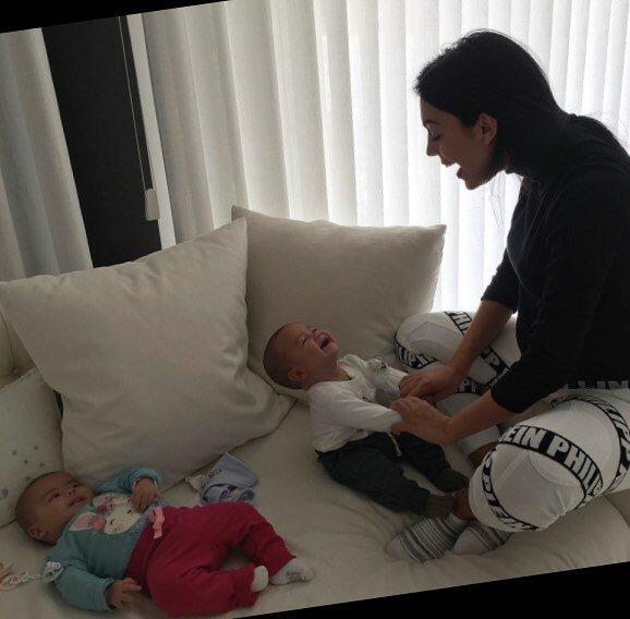 «Копия папа»: девушка Криштиану Роналду впервые показала лицо новорожденной дочери