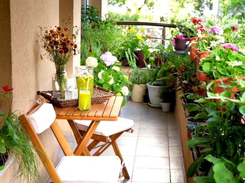 Место не для хлама: 8 интересных идей для обустройства балкона