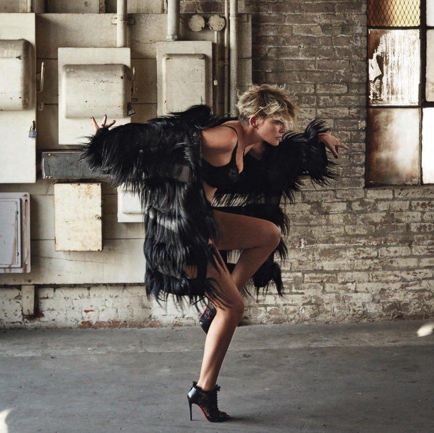 «Есть еще порох!»: Шэрон Стоун показала фигуру в фотосессии для журнала