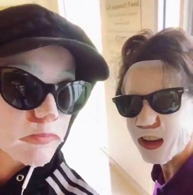 «Красоты ради»: Кэти Пэрри и ее мама появились на людях в масках
