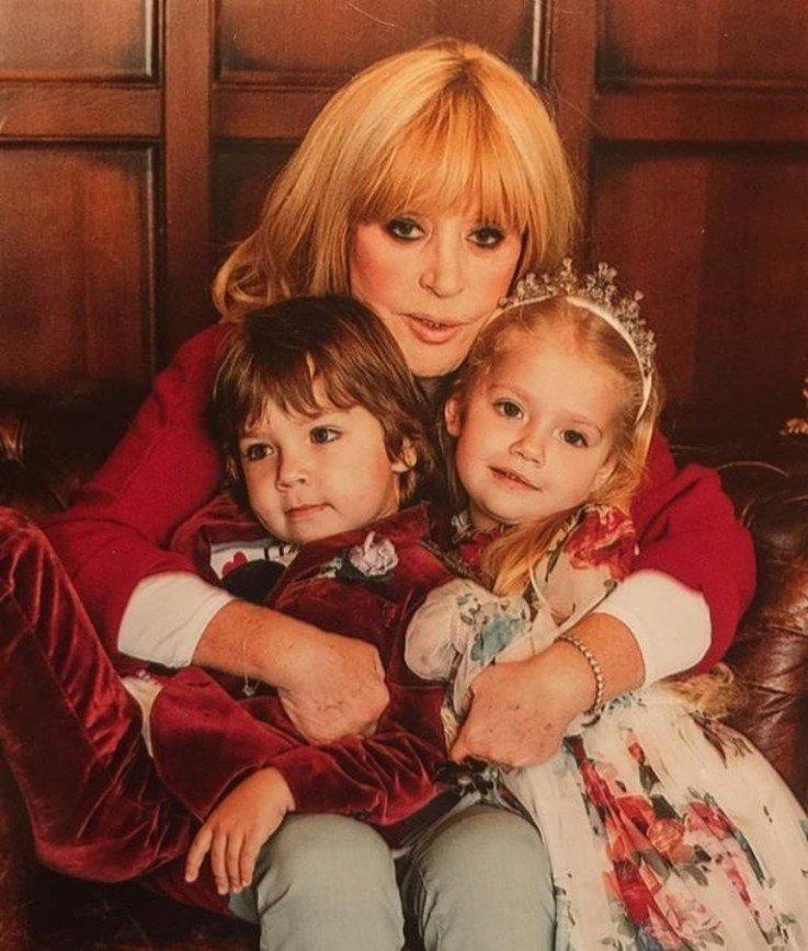 пугачева и галкин с детьми фото принять внимание место