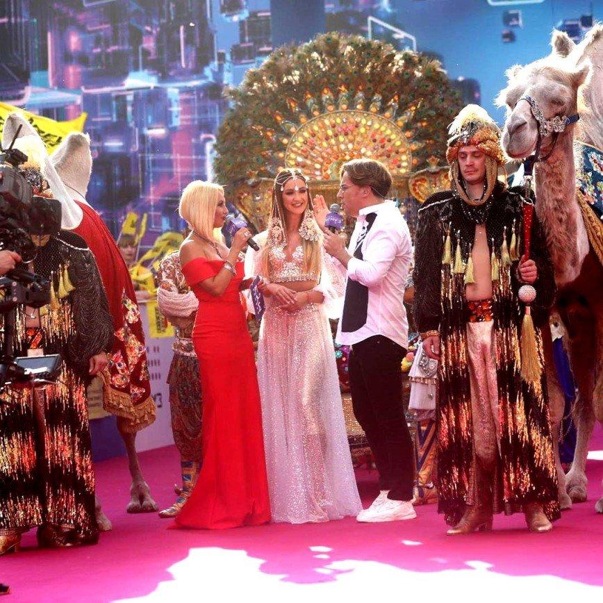 А караван идет: Ольга Бузова прибыла на МУЗ-ТВ на верблюде, но премию не получила