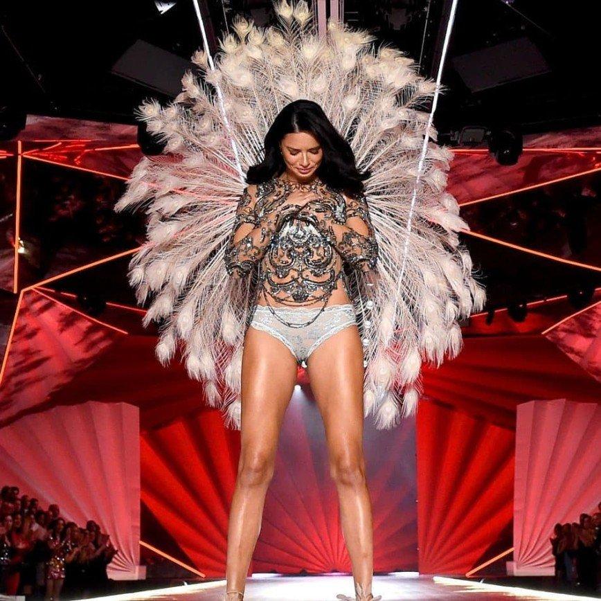 Ряды ангелов редеют: 37-летняя Адриана Лима покинула Victoria's Secret