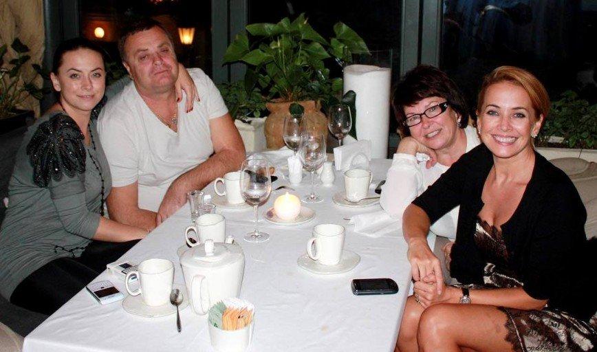 Сестра Жанны Фриске поделилась архивным семейным фото с певицей