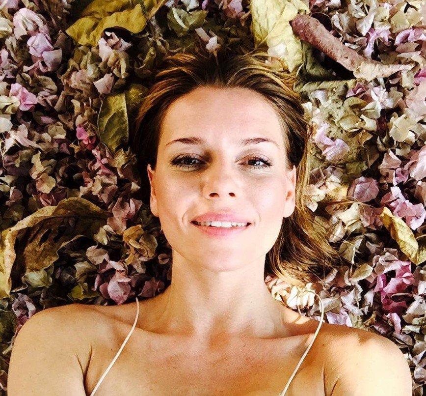 Любовь Толкалина лечит простуду с помощью песни Гребенщикова и цветов