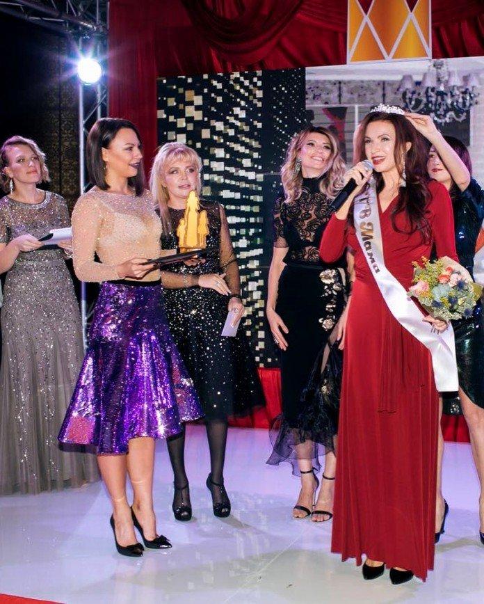 Эвелина Бледанс пришла за наградой «супермамы» без бюстгальтера