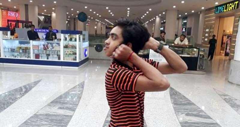 «У него шея резиновая?»: подросток из Пакистана научился поворачивать голову на 180 градусов