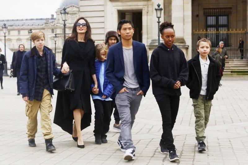 «Странное воспитание»: Анджелина Джоли принимает ванну вместе с детьми