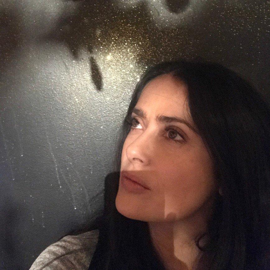 «Возраст берет свое»: Сальма Хайек показала фото без макияжа