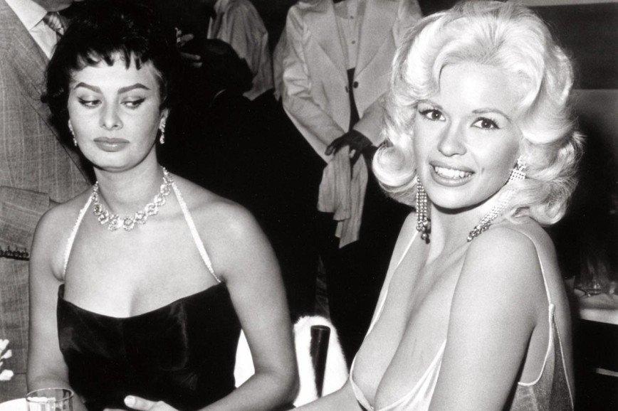 На пятерку: как выбрать удачное платье для большой груди
