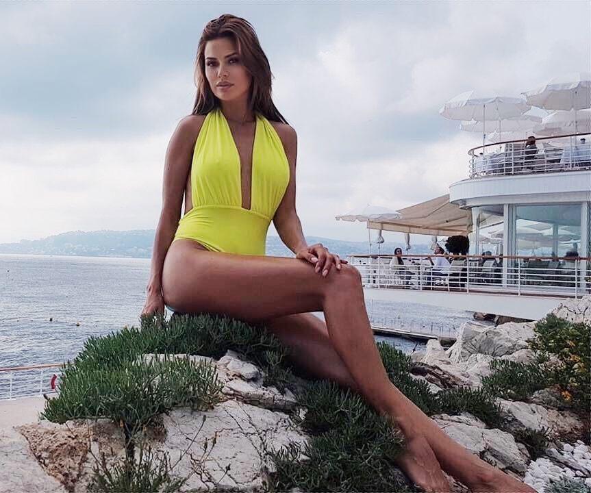 «Это целлюлит?»: в сеть попали необработанные фото Виктории Бони в купальнике