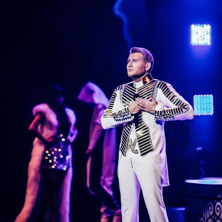 Фанатка призналась в любви Николаю Баскову, сев на шпагат на сцене