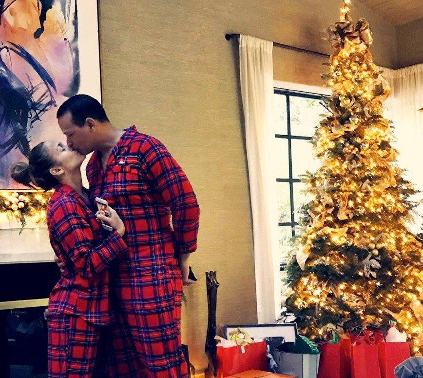 В пижаме и без макияжа: Дженнифер Лопес поделилась рождественскими фото