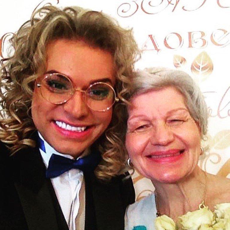 «Массаж спинки по расписанию»: Гоген Солнцев показал новые фото с пожилой женой