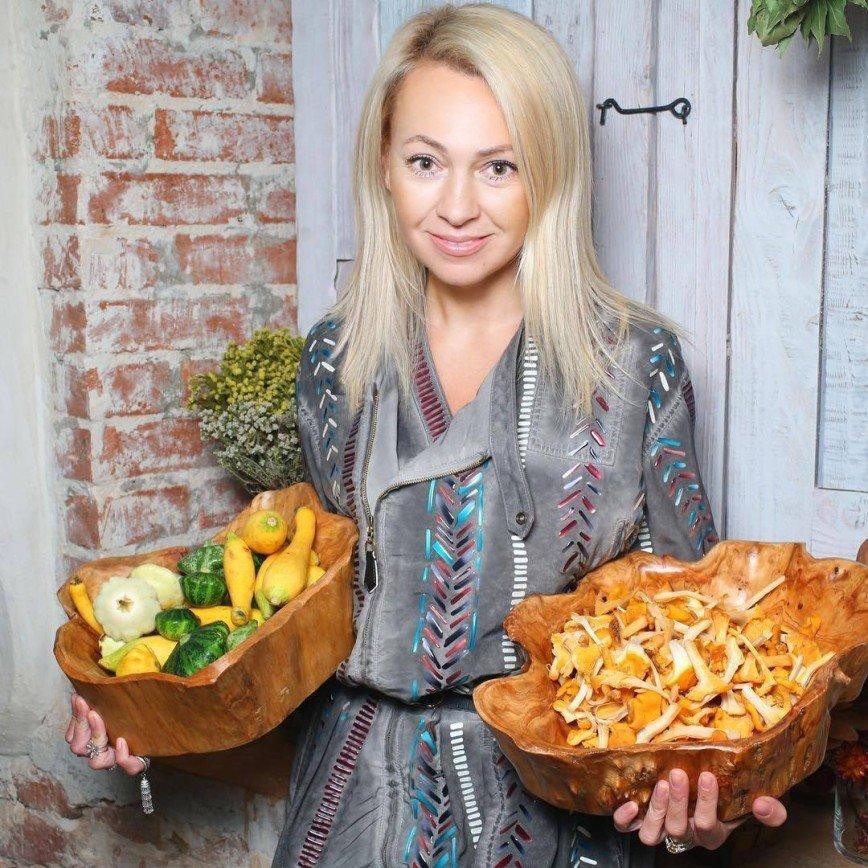 «Пирожки руками вкуснее»: сервировку Яны Рудковской для домашней выпечки сочли неуместной