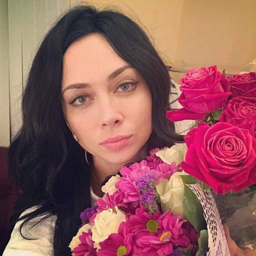 Настасья Самбурская получает от поклонников цветы и кошачий корм