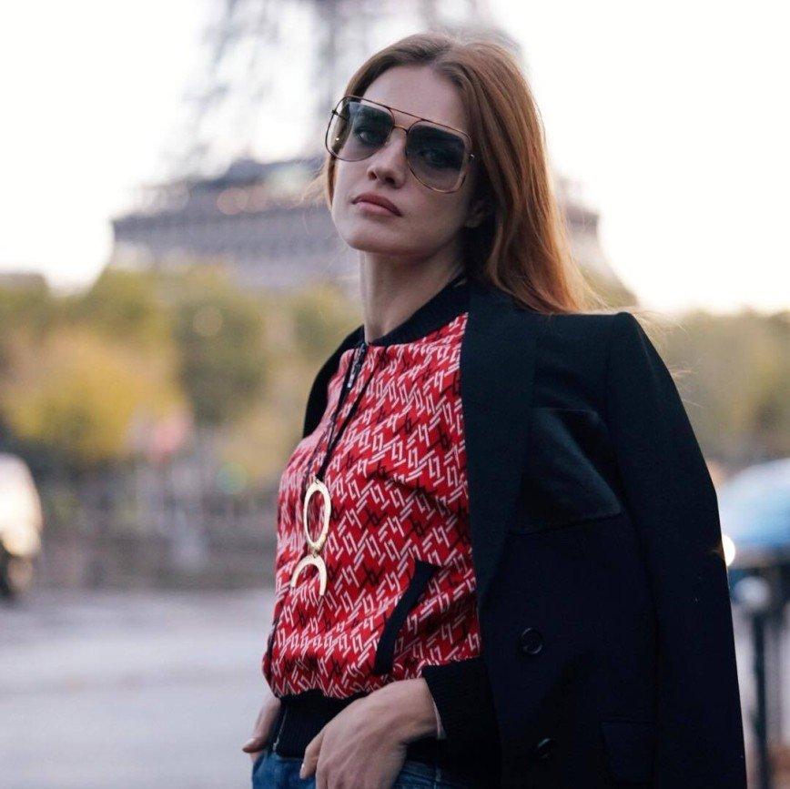 «Зачем махать прокладкой на людях?»: Наталья Водянова показала предмет интимной гигиены