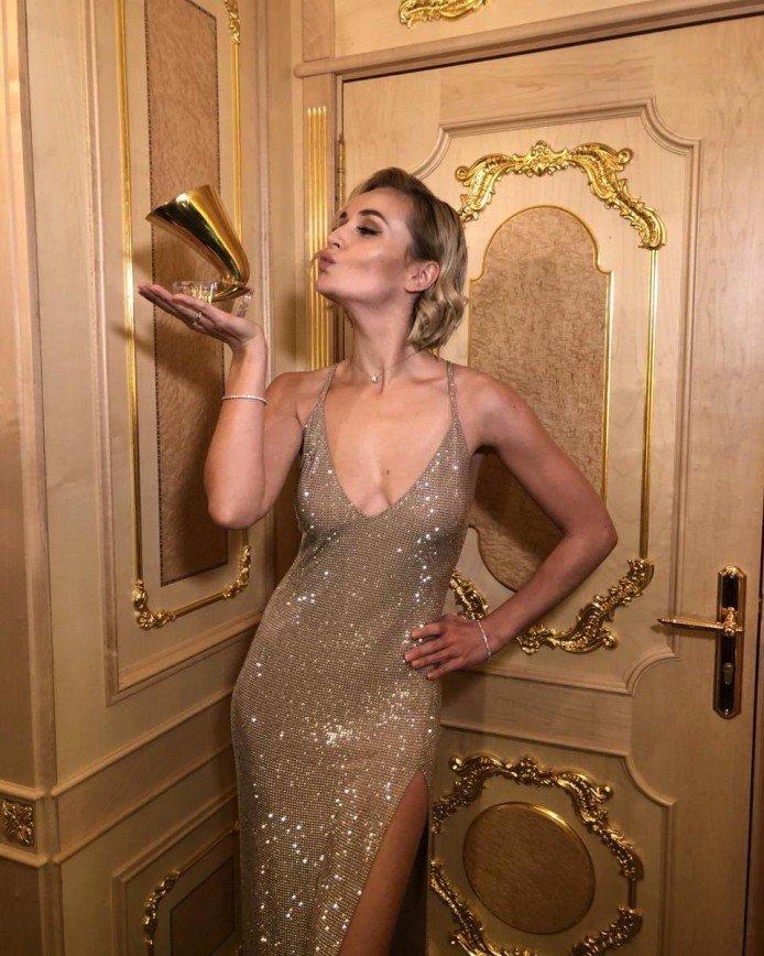 «Платье надо выбирать с умом»: Полина Гагарина показала неудачное декольте