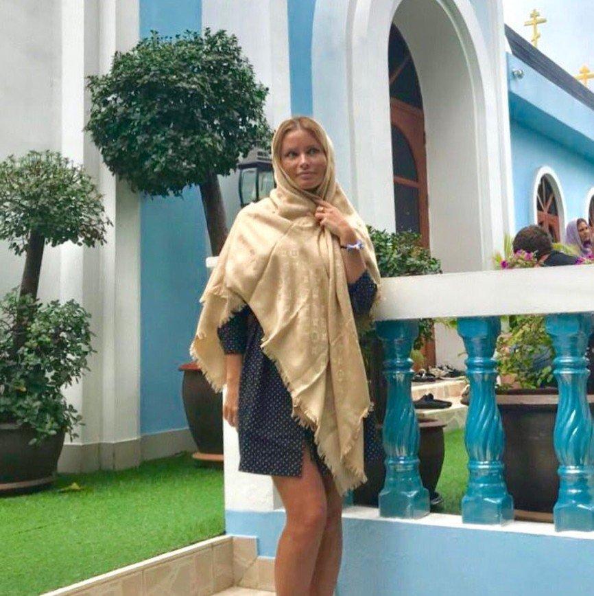 Мини-платье Даны Борисовой для посещения храма сочли неуместным
