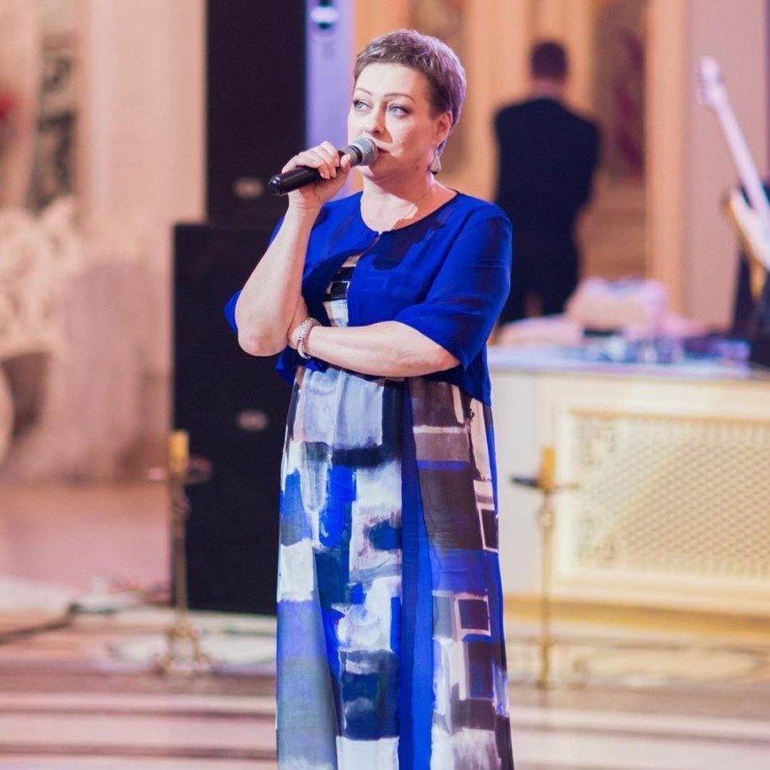 «Какой интересный оттенок»: Мария Аронова нарядилась в платье цвета фуксии
