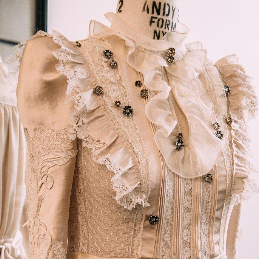 «Выглядит потрясающе в этом платье!»: Селена Гомес на красной дорожке Fashion Awards