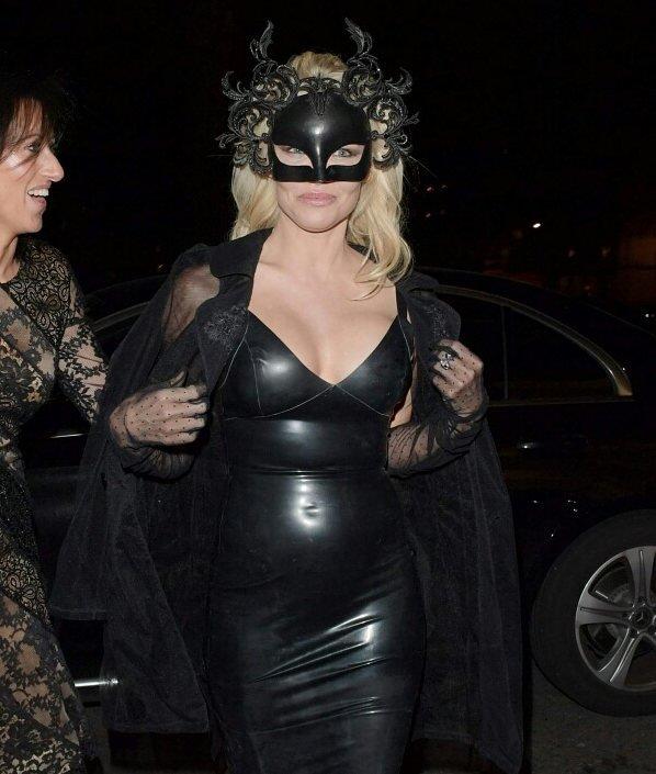 Памела Андерсон сразила поклонников соблазнительным нарядом в клубе Morton's
