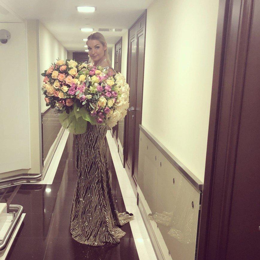 «Грудь надо прятать!»: Волочкова отключила комментарии из-за нелестных отзывов о своем наряде