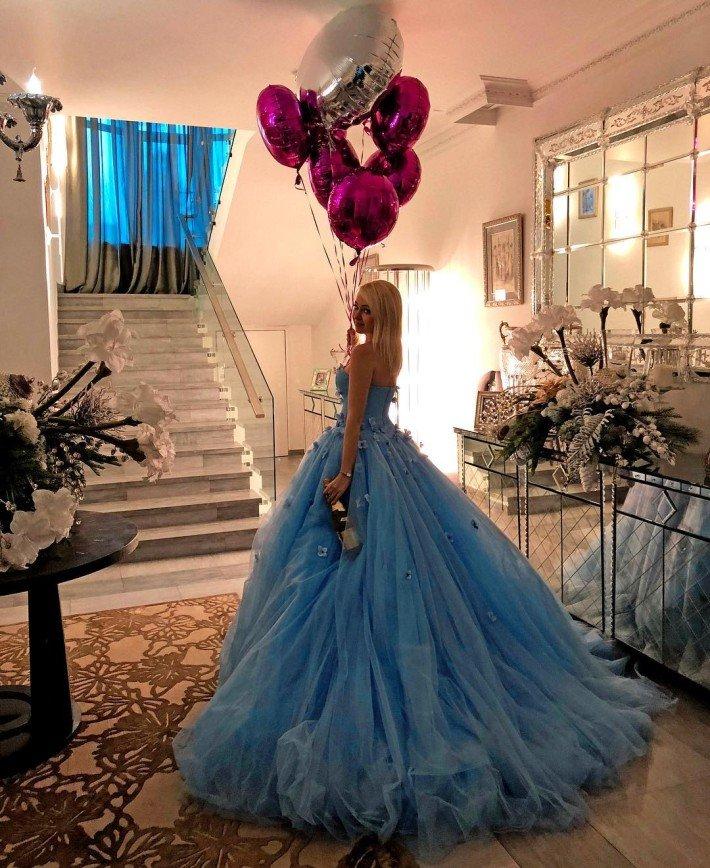«Золушка»: Яна Рудковская очаровала своим нарядом в День рождения